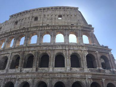 Besuch in Rom vor dem Kolosseum