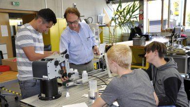 Prof. Dr. Franz Geiger mit Schülern der II. HAK Bezau