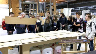 Tischlermeister Gerhard Hafner zeigt Werkraumschülern Materialien von Weiler Möbel