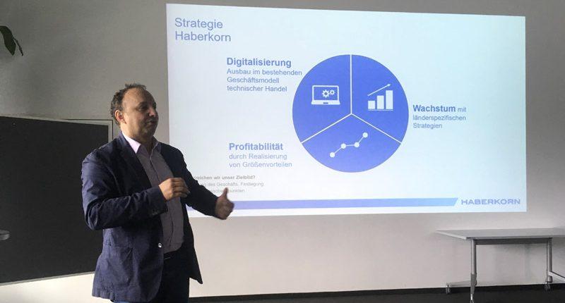Oskar Rauch erklärt der HAK Bezau die Strategie von Haberkorn