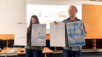Herr Glatz zeigt die Alu-Druckplatten für den 4-Farb-Druck