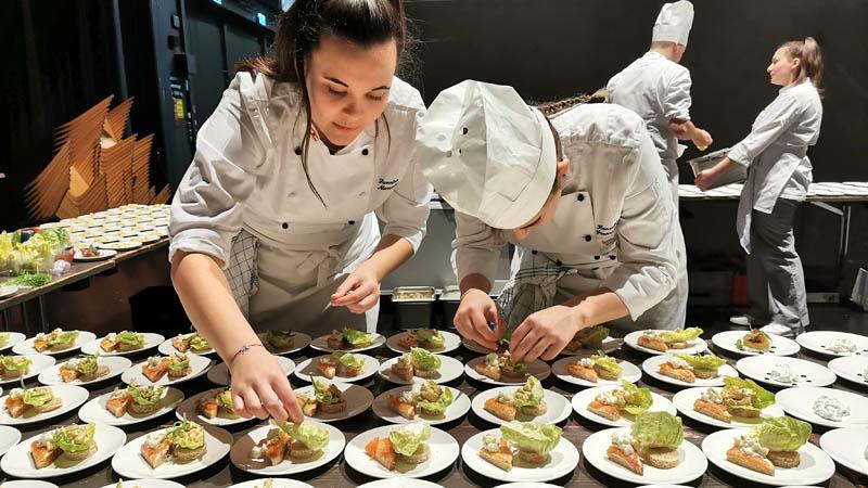 Praxiseinsatz der Tourismusschule Bezau beim Medienempfang 2020 im Bregenzer Festspielhaus