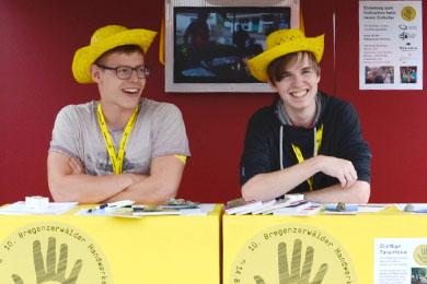 Stefan und Leon bei der Handwerksausstellung Bezau