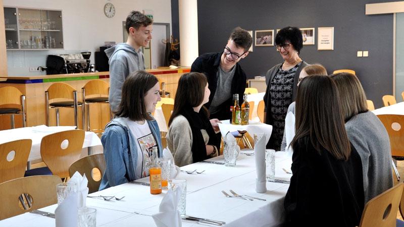 HAK Bezau lernt Tischsitten