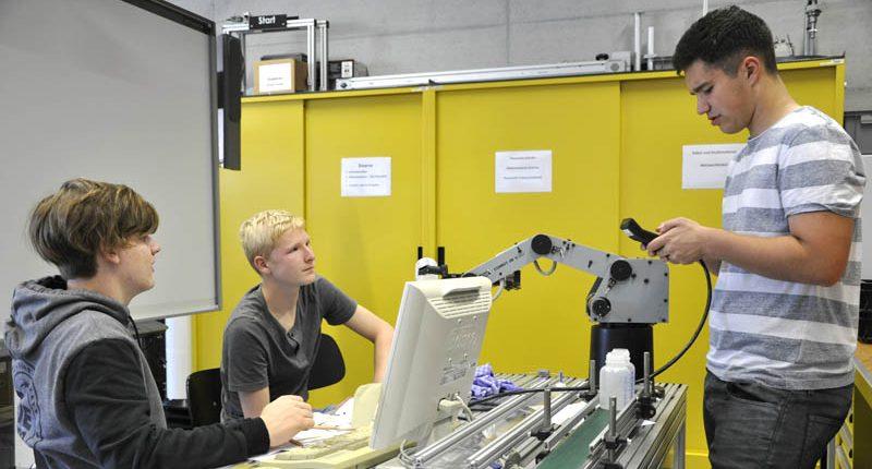 Schüler der II. HAK Bezau beim Robotik-Workshop an der FHV