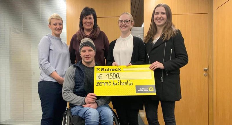 Rebecca Hämmerle und Karin Fetz von der HAK Bezau überreichen einen Scheck an Marcel