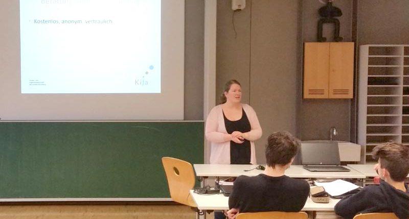 Frau Nicole Böhler informiert die Schülerinnen und Schüler der HAK Bezau