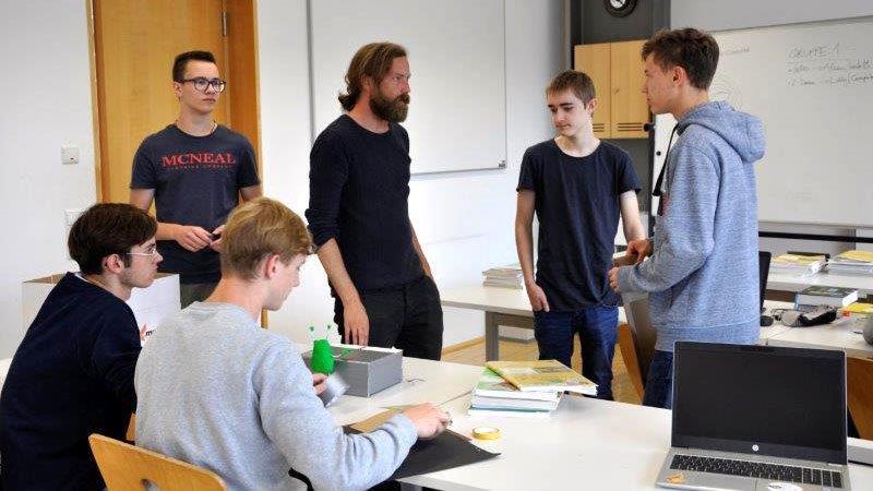 Benny Omerzell erklärt Schülern der HAK Bezau die Stop-Motion-Technik.