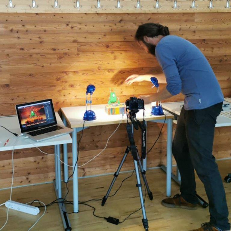 Benny Omerzell beim Setting zum Stop-Motion-Film der HAK Bezau