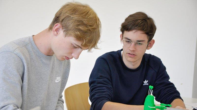 Simon und Julius bei der Arbeit