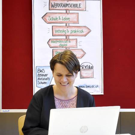 Heidi Türtscher, KV der 2. Werkraumklasse, beantwortet Fragen zur Werkraumschule.