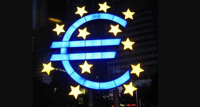 Euro-Symbol von Ottmar Hörl vor dem Gebäude der EZB in Frankfurt am Main