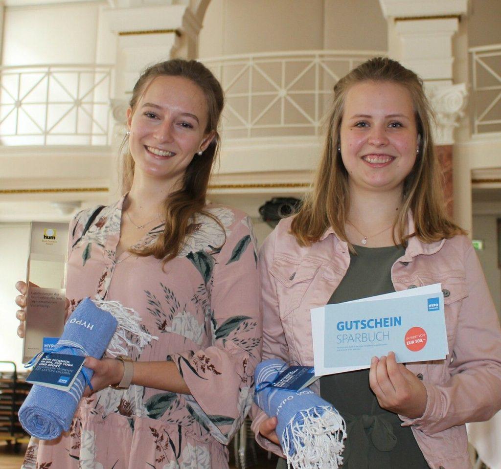 Gewinnerinnen des Best Practice Award 2021 von der Hypo Vorarlberg - Sarah Kleber und Sandra Bereuter bei der Überreich in der Vorarlberger Landesbibliothek