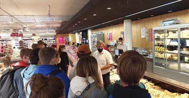 Die III. HAK besucht das Partnerunternehmen Sutterlüty im Achpark.