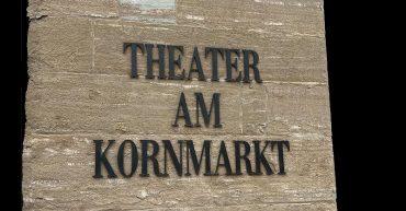 Eingang beim Landestheater am Kornmarkt