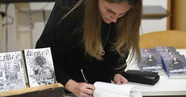 Sandra Ruscello mit ihrer Familie in der Bibliothek der Bezauer WirtschaftsSchulen